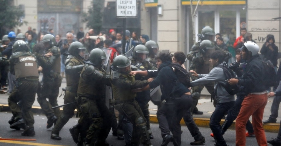 5.mai.2016 - Estudantes chilenos entram em confronto com policiais durante protesto em Santiago, para exigir respostas do Ministério da Educação sobre o projeto de educação pública. Os estudantes exigem uma petição sobre o projeto de educação pública gratuita; uma transferência efetiva dos colégios públicos ao Estado e o fim do financiamento da educação pública através de linhas de crédito