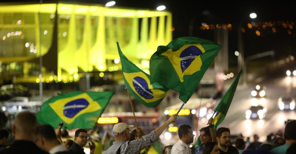 9.mai.2016 - Manifestantes pró-impeachment protestam na Esplanada dos Ministérios, em Brasília, no dia em que o presidente interino da Câmara, Waldir Maranhão (PP-MA), anulou a votação que admitiu a abertura do processo de impeachment contra a presidente Dilma Rousseff. O presidente do Senado, Renan Calheiros (PMDB-AL) afirmou que vai ignorar a decisão e seguir com o rito de impeachment no Senado