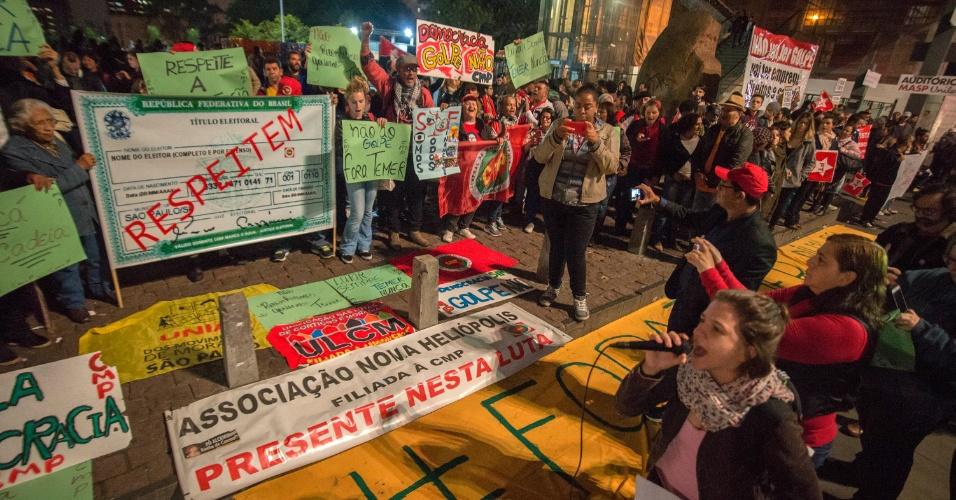 25.mai.2016 - Manifestantes protestam contra o governo do presidente interino, Michel Temer, com concentração no vão livre do Masp (Museu de Arte de São Paulo), na Avenida Paulista, em São Paulo