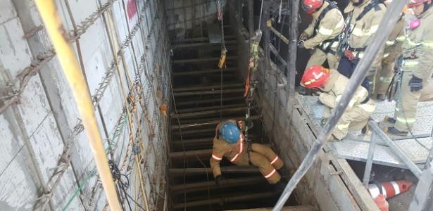 Membro da equipe de resgate participa de operação para buscar possíveis vítimas após explosão