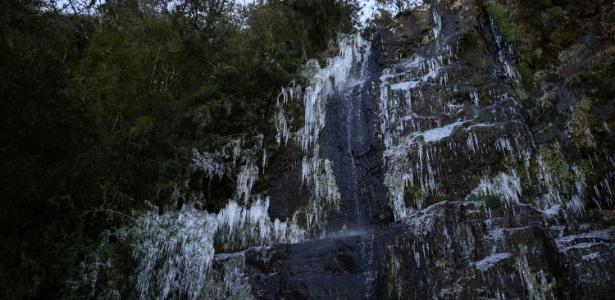 9.jun.2016 - O frio intenso na cidade de Urupema, na serra de Santa Catarina, congelou uma cachoeira na madrugada de quinta-feira