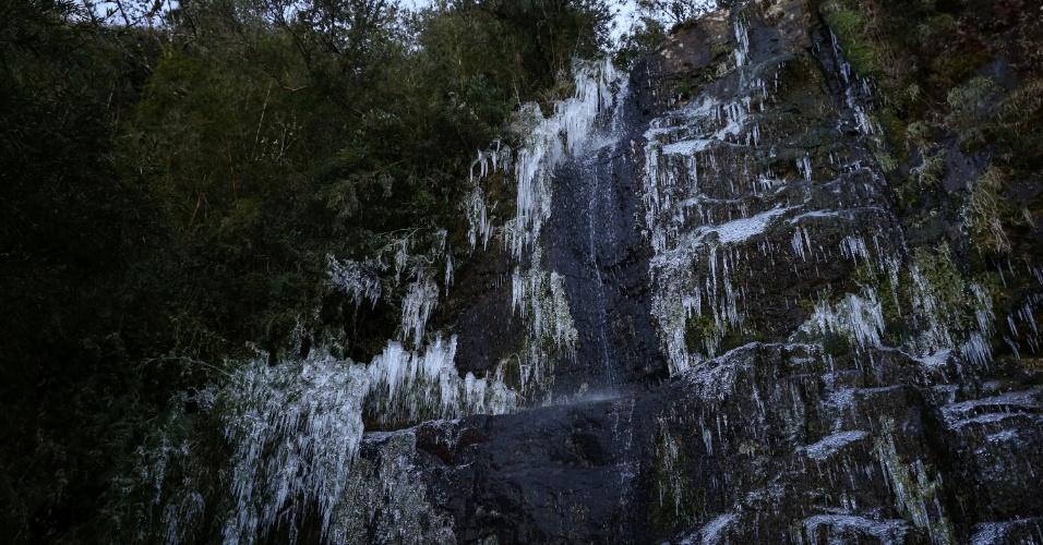 9.jun.2016 - Frio intenso na cidade de Urupema, na serra de Santa Catarina, congelou uma cachoeira na madrugada desta quinta-feira. Os termômetros registraram -5,3°C por volta das 6h, a temperatura mais baixa do ano até agora no Estado. A sensação térmica era de -29ºC