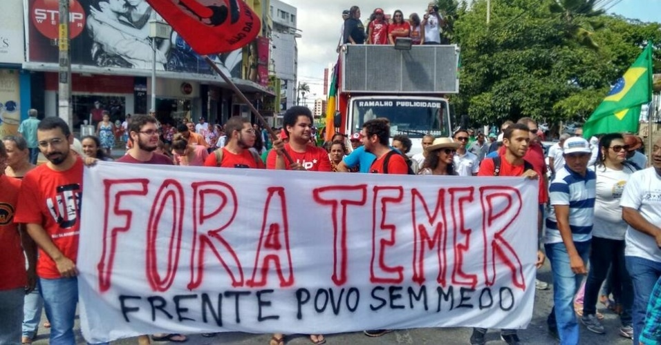 10.jun.2016 - Manifestantes caminharam pelas ruas centrais de Campina Grande (PB), nesta sexta-feira (10), pedindo o retorno da presidente afastada Dilma Rousseff. Eles também criticaram a reforma previdenciária proposta pelo governo interino de Michel Temer