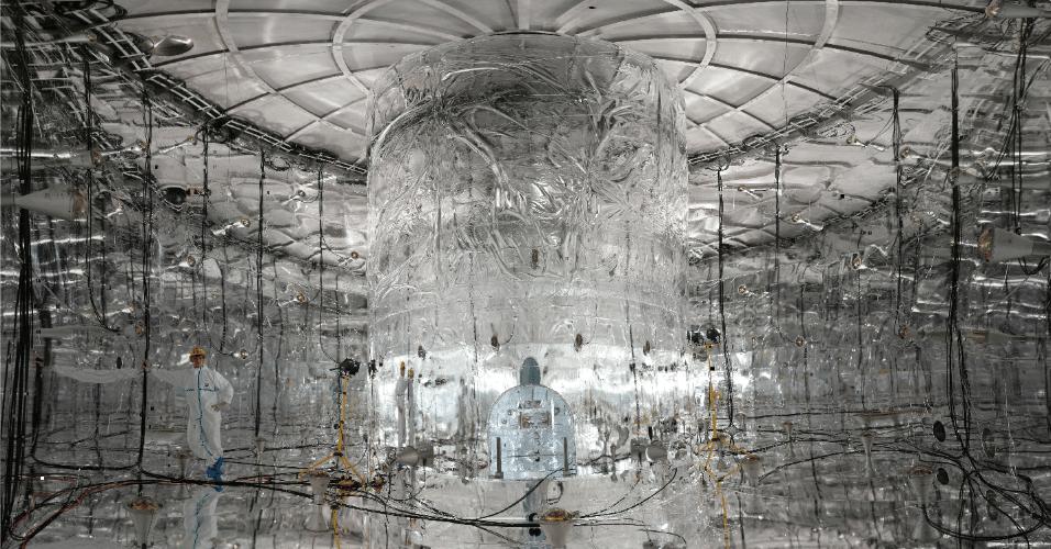"""20.jun.2016 - Os cientistas perdem o sono há décadas estudando o neutrino, mais conhecido como """"partícula fantasma"""". A partícula ganhou este apelido por ser misteriosa e por atravessar matéria, seja nossos corpos ou casas, sem deixar rastros. Uma vez que o neutrino passa até por chumbo, cientistas criaram laboratórios malucos para analisá-lo. Nas profundidades de uma montanha na Itália, o laboratório Gerda (Germanium Detector Array) estuda a partícula com monitoramento de atividade elétrica dentro de cristais de germânio puros. Eles acreditam que o experimento confirmará que o neutrino foi importante para a origem do Universo. Quando o Big Bang aconteceu, produziu quantidades iguais de partícula e antipartícula. Quando elas colidem, se destroem. Mas apesar disso, o universo foi criado. Os pesquisadores querem provar que o neutrito é tanto uma antipartícula quando uma partícula, as duas coisas ao mesmo tempo, e isso explicaria porque a matéria foi favorecida e por que estamos aqui"""