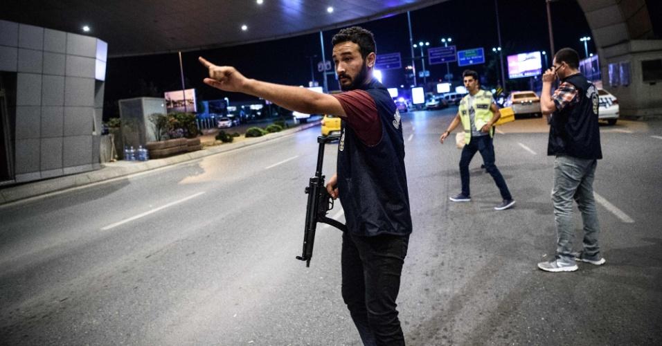 28.jun.2016 - Policial armado controla entrada no principal portão de acesso ao aeroporto internacional de Ataturk, em Istambul, na Turquia, após ataque terrorista que matou dezenas de pessoas
