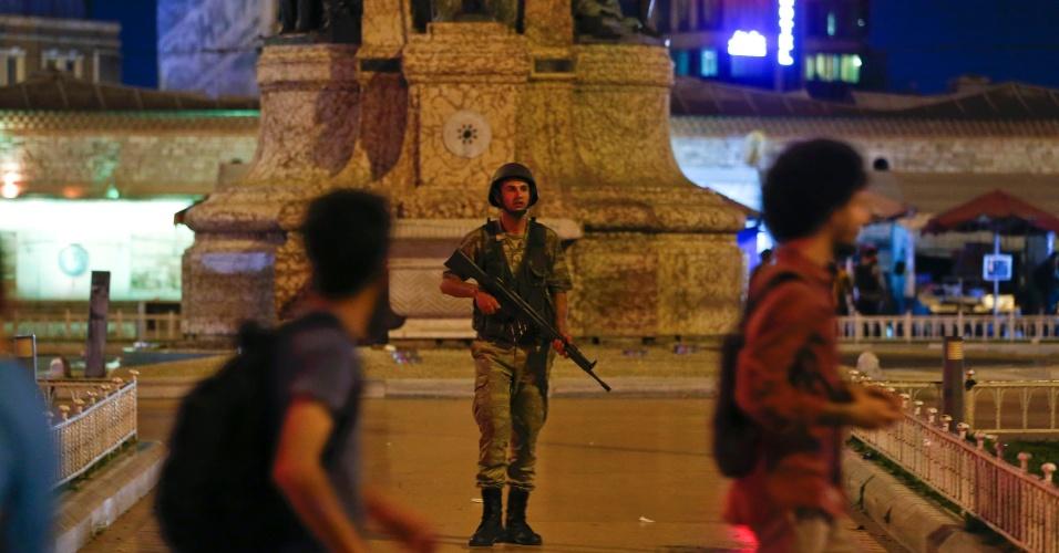 15.jul.2016 - Soldado turco guarda Praça Taksim em Istambul, na Turquia