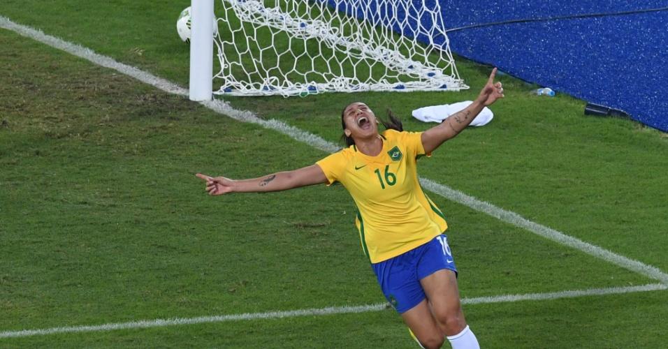 7.ago.2016 - A atacante Beatriz comemora o primeiro de seus dois gols na vitória da seleção feminina de futebol sobre a Suécia por 5 a 1 no Estádio do Engenhão, na segunda partida do time nos Jogos Rio-2016. Com o resultado, o Brasil garantiu a vaga para as quartas de final do torneio