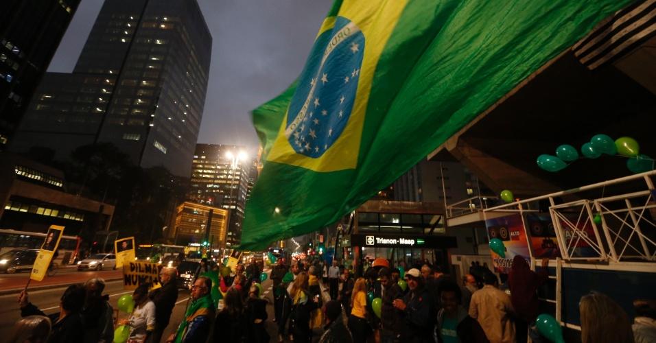 31.ago.2016 - Manifestantes comemoram o afastamento definitivo da agora ex-presidente Dilma Rousseff, em frente à Fiesp, na avenida Paulista, região central de São Paulo