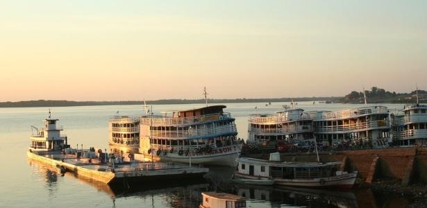 """O porto de Maués, com barcos e grande porte conhecido no Amazonas como """"recreios"""", que fazem transporte para Manaus e cidades menores"""