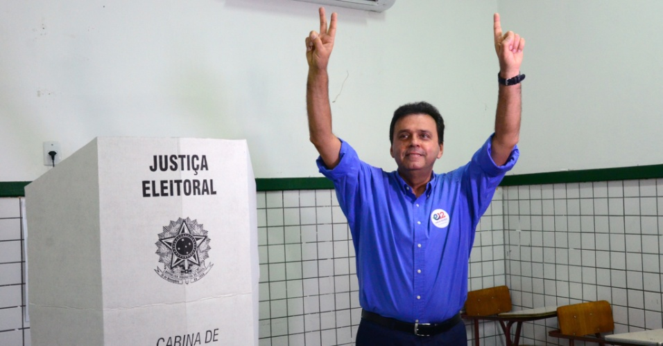 2.out.2016 - Em Natal, no Rio Grande do Norte, o atual prefeito Carlos Eduardo Alves (PDT) foi reeleito com 63,42% dos votos válidos. Ele superou Kelps (SD), que ficou na segunda colocação, com 13,37%