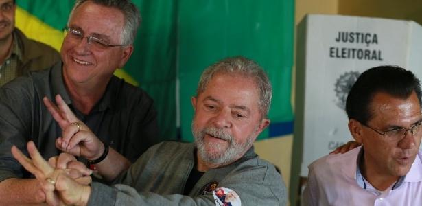 Lula vota em São Bernardo, onde o candidato do PT, Tarcísio Secoli (esq.) ficou de fora do 2º turno. O atual prefeito, Luiz Marinho, está à direita