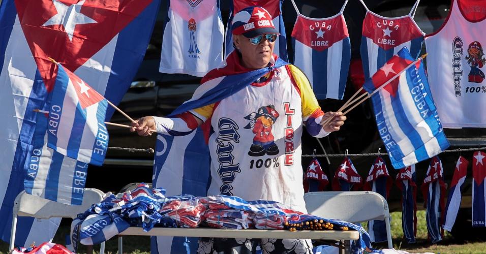 """27.nov.2016 - O peruano Julio Anaya monta uma banca de souvenirs como bonés e camisetas com a inscrição """"Cuba livre"""" em Little Havana, distrito de Miami."""