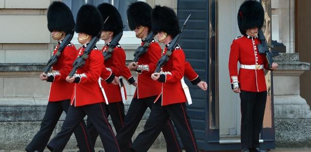 Membros da Guarda da Rainha marcham no Palácio de Buckingham, em Londres
