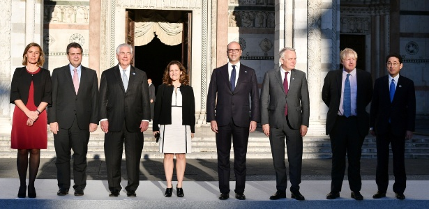 Da esquerda para a direita, Federica Mogerini (representante da UE), Sigmar Gabriel (ministro alemão), Rex Tillerson (secretário americano), Chrystia Freeland (ministra canadense), Angelino Alfano (ministro italiano), Jean-Marc Ayralt (ministro francês), Boris Johnson (secretário britânico) e Fumio Kishida (ministro japonês) se encontram em encontro de representantes de política externa do G7 em Lucca, na Itália