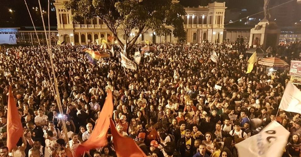 17.jun.2017 - Após marcharem desde a Praça Arinos, manifestantes chegaram à Praça Rui Barbosa, conhecida como Praça da Estação