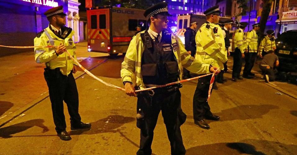 18.jun.2017 - Policiais fecham a região da Seven Sisters Road, onde uma van atropelou várias pessoas no norte de Londres