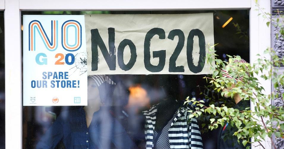 3.jul.2017 - Vitrine de loja diz não ao G20, em Hamburgo, na Alemanha