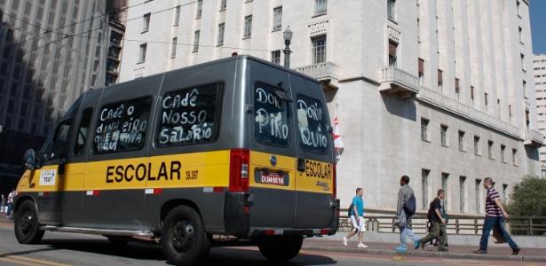 11.jul.2017 - Motoristas reivindicam repasses atrasados e contestam cortes que reduziram o número de alunos transportados este ano