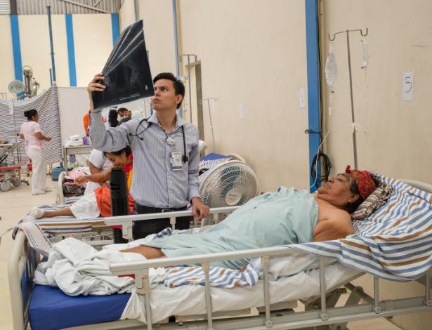 Médico verifica o raio-x de paciente em um hospital temporário para os feridos, em um ginásio em Juchitón de Zaragoza, no México