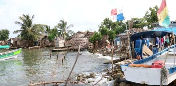 A zona costeira de Gardi Sugdub, uma das 360 ilhas de Guna Yala, reflete a superpopulação e a escassez de terra disponível diante do aumento do nível do mar - Simon Maybin