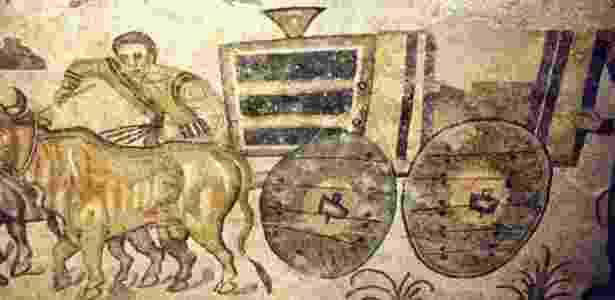 Mosaico da Villa Romana del Casale (Piazza Armerina) no qual se pode ver como rodas são fixadas a eixo - BBC - BBC