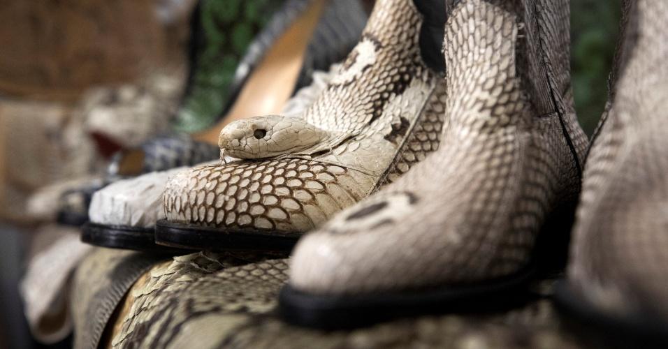 28.dez.2017 - Diversas botas feitas de pele de cobra foram apreendidas no aeroporto de Heathrow pela polícia