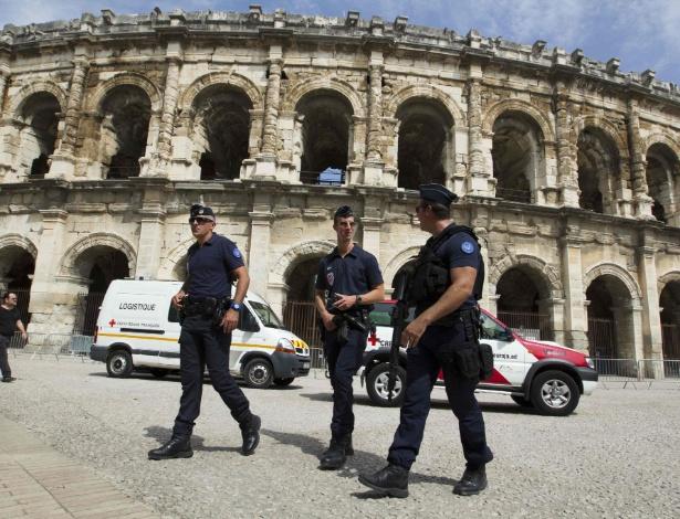 Policiais patrulham a arena de Nimes, na França