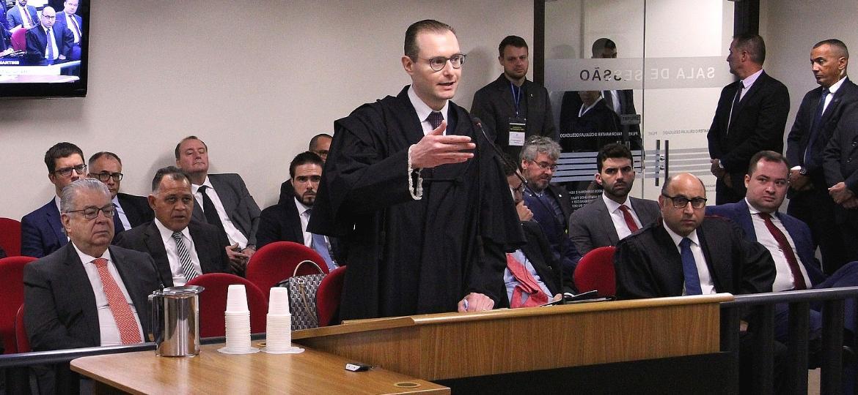 Cristiano Zanin, advogado de Lula, durante julgamento do ex-presidente na 8ª Turma do Tribunal Regional Federal da 4ª Turma, em Porto Alegre - Tribunal Regional Federal da 4ª Turma/Divulgação
