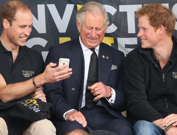 A pergunta é: que meme faria o Príncipe Charles reagir assim?