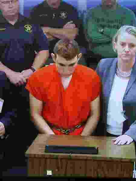 Nikolas Cruz, 19, é apresentado a uma juiza de Fort Lauderdale, Flórida, após o atentado - Michele Eve Sandberg/AFP