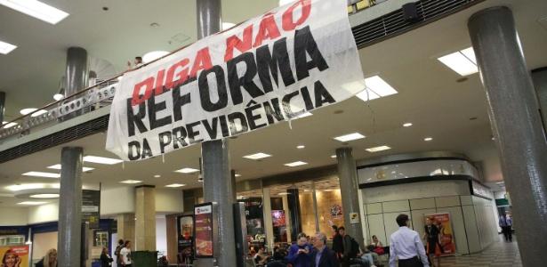 Faixa contra a reforma da Previdência no Aeroporto de Congonhas, em SP - Renato S. Cerqueira/Futura Press/Estadão Conteúdo