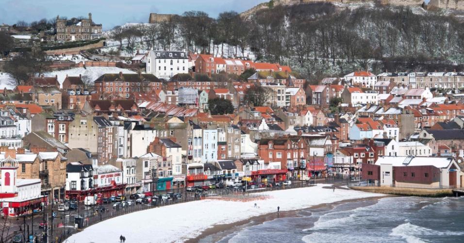 27.fev.2018 - Neve cobre praia em Scarborough, no Reino Unido