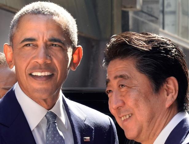 Barack Obama é cumprimentado pelo premiê japonês, Shinzo Abe, em Tóquio - Shizuo Kambayashi /AFP Photo
