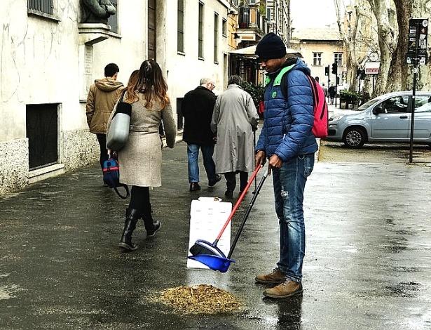Imigrante africano varre rua de Roma por alguns trocados - Thomas J. Campanella