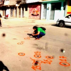 Marcas de tiros no chão do Complexo da Maré são sinalizadas com tinta - Reprodução
