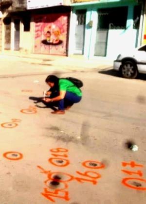 A ONG Redes da Maré usou tinta para sinalizar marcas de disparos no chão das vilas do Pinheiro e do João, na Maré