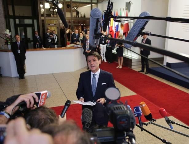 O premiê italiano, Giuseppe Conte, fala com a imprensa após reunião da cúpula europeia - Aris Oikonomou/AFP