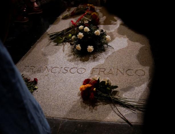 Flores sobre o túmulo do ditador espanhol Francisco Franco, no Vale dos Caídos
