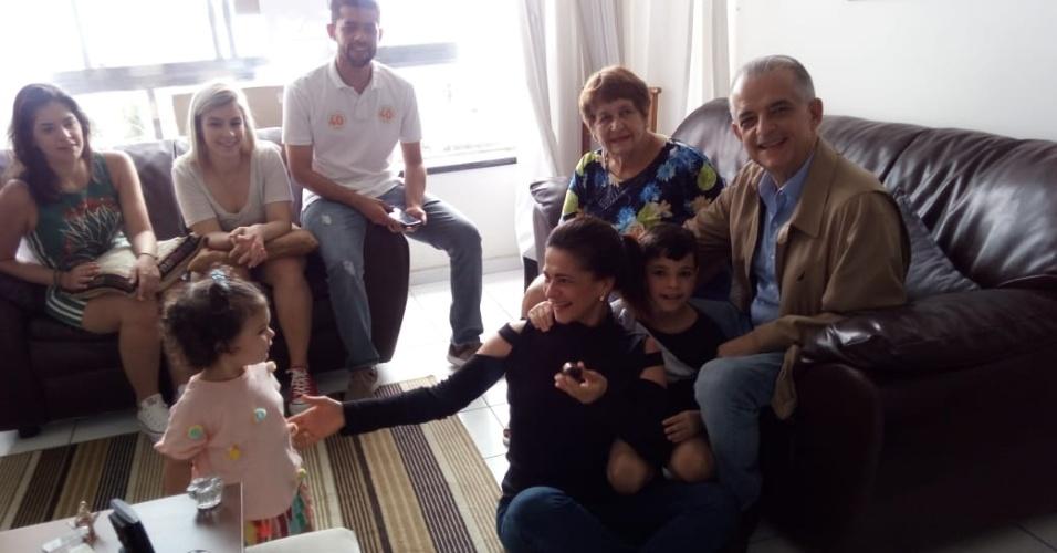 O candidato ao governo de SP Márcio França com a família na casa da mãe, Mirtes, no centro de São Vicente, litoral paulista