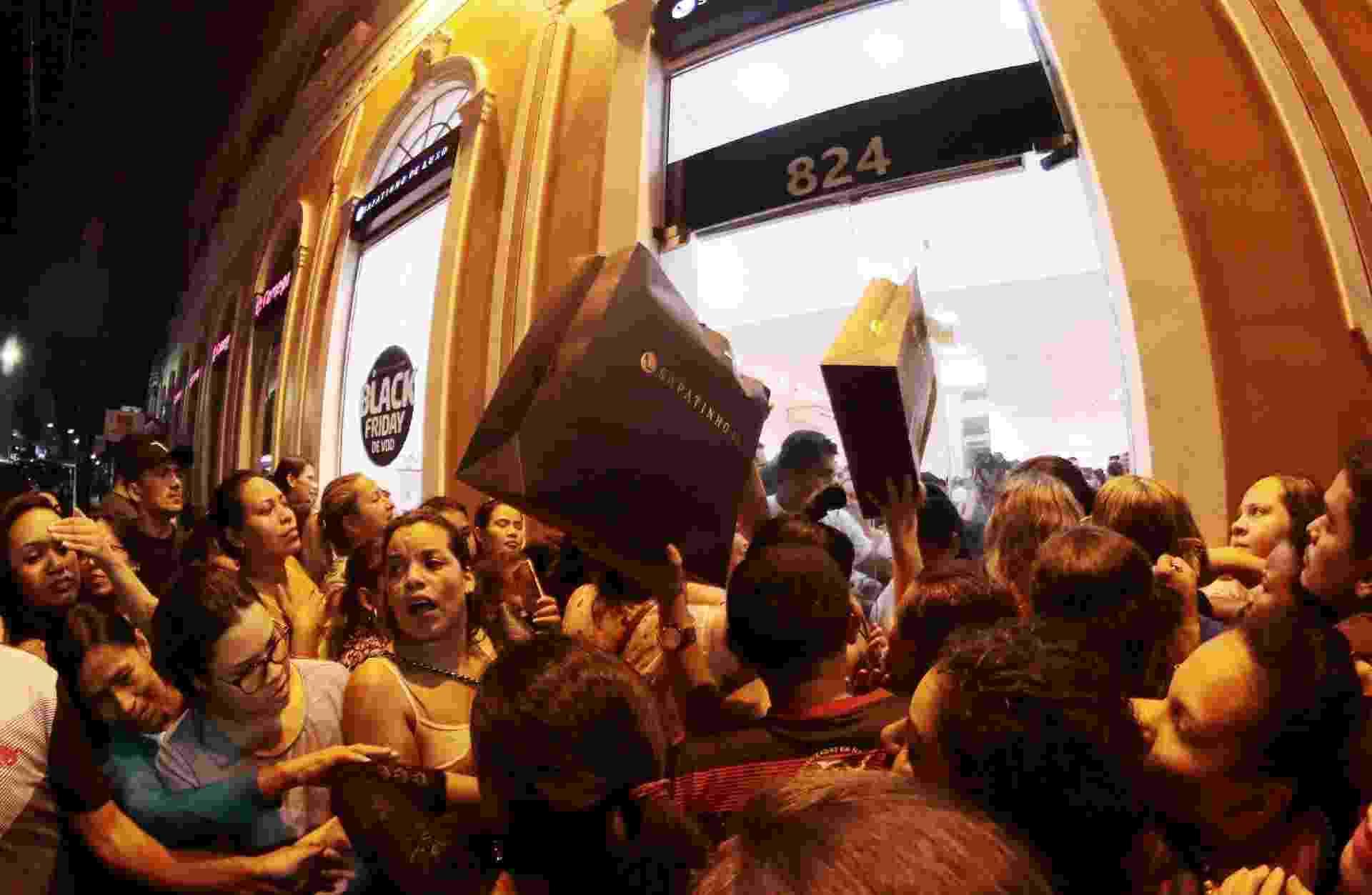 Consumidores em frente a uma loja de calçados na avenida 7 de Setembro, no centro de Manaus (AM), na madrugada desta sexta-feira - Edmar Barros/Futura Press/Estadão Conteúdo