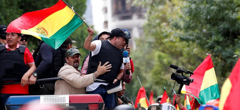 Bolivianos enchem as ruas de La Paz após a renúncia do presidente Evo Morales e do vice-presidente Álvaro García Linera - Reuters
