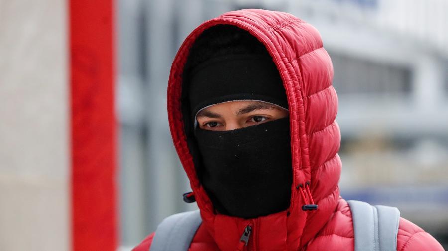 Homem enfrenta frio em Chicago, nos Estados Unidos - Reuters/Kamil Krzaczynski