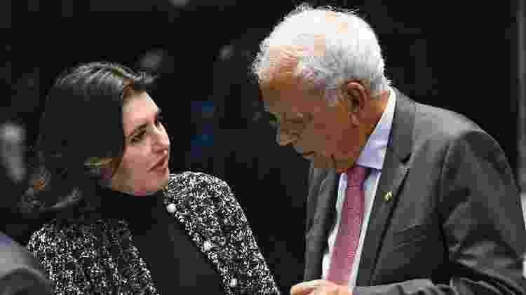O relator da PEC emergencial, senador Oriovisto Guimarães (Podemos-PR), em conversa com a presidente da CCJ (Comissão de Constituição e Justiça) do Senado, senadora Simone Tebet (MDB-MS) - Jefferson Rudy/Agência Senado