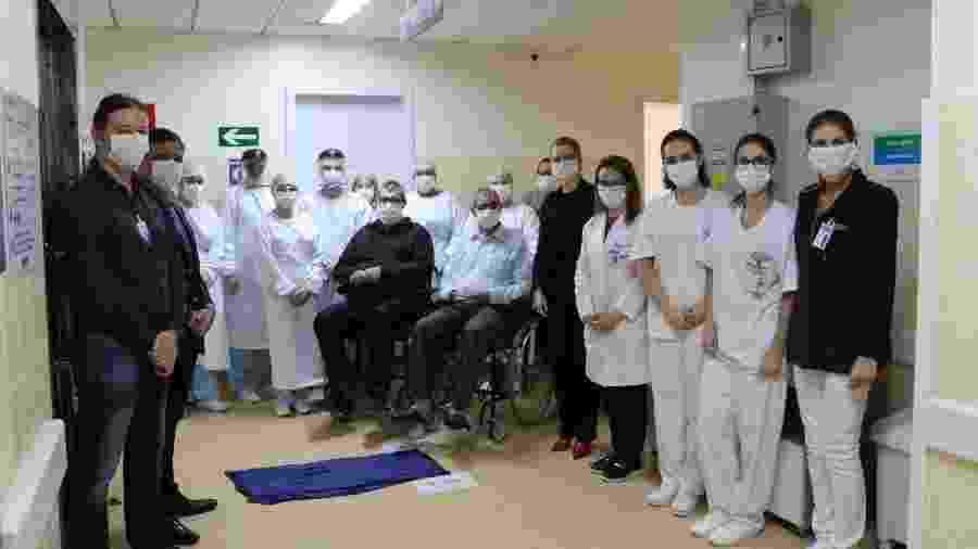Honorino Bassi, 84 anos, e seu filho Alceu Antonio Bassi, 61 anos, estavam internados há 15 dias - Scheila Zang/Hospital São Vicente de Paulo