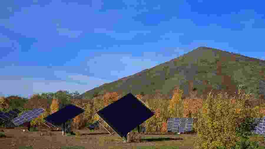 Painéis de energia solar em campo da França - Pascal Rossignol