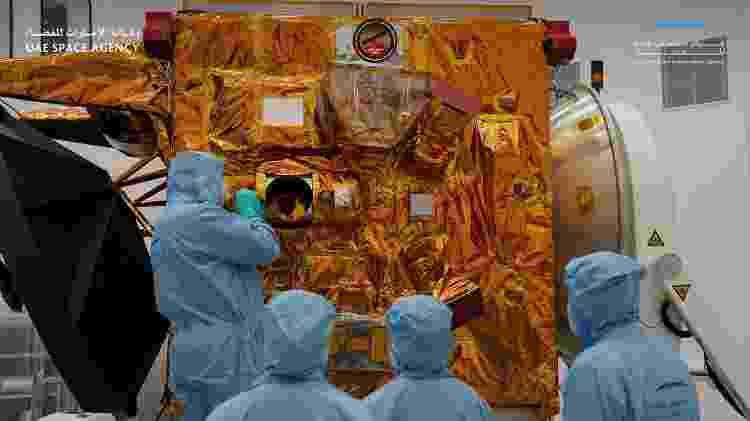 """Cientistas trabalham na sonda chamada """"Al Amal"""" (Esperança) - Divulgação - Divulgação"""