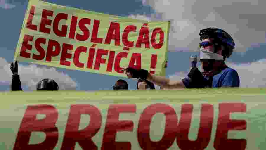 """Entregadores de aplicativos fazem segundo """"breque dos apps"""", saindo da Torre de TV com destino ao Congresso Nacional, em Brasília - JACQUELINE LISBOA/ESTADÃO CONTEÚDO"""