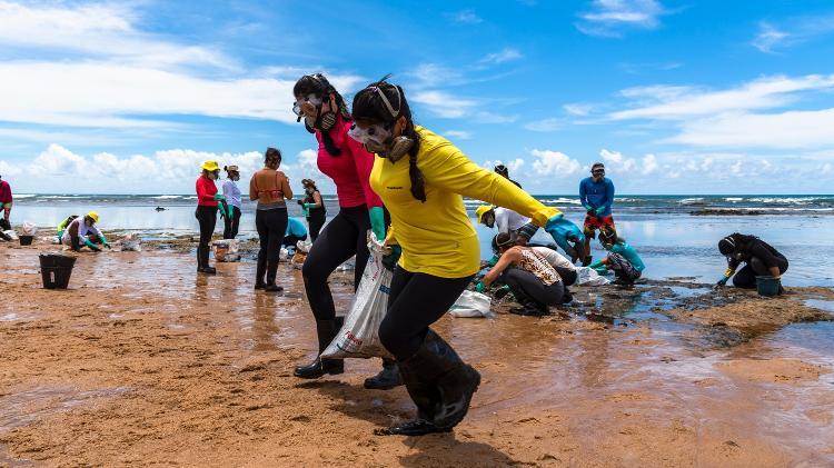Voluntários do grupo Guardiões do Litoral realiza limpeza na praia de Subauma (BA), em janeiro - Mateus Morbeck/UOL - Mateus Morbeck/UOL