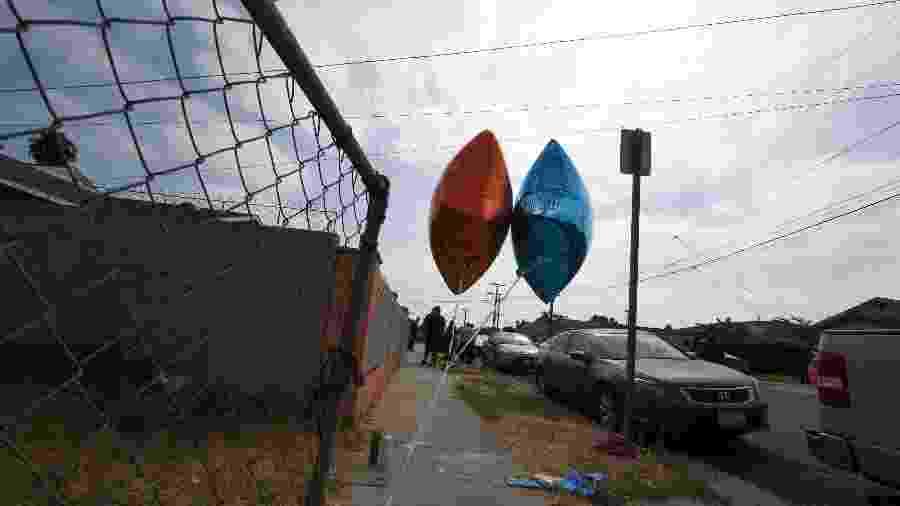 Dois balões marcam o local onde o ciclista Dijon Kizzee, de 29 anos, foi baleado pela polícia - AFP