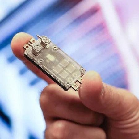 Novo chip com sistema de resfriamento por microfluidos integrado - Alain Herzog/EPFL/Divulgação